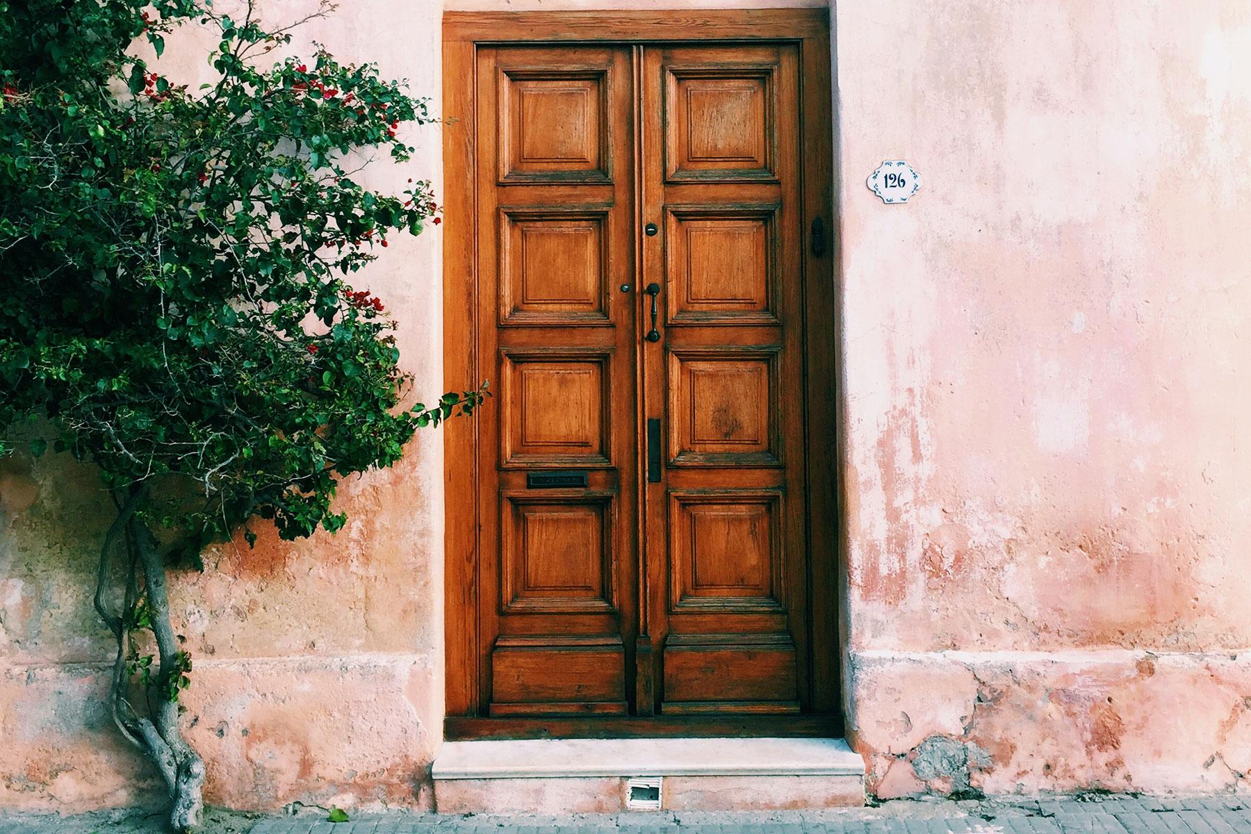 Come proteggere e verniciare le porte di casa: da interno o da esterno, in legno o in metallo